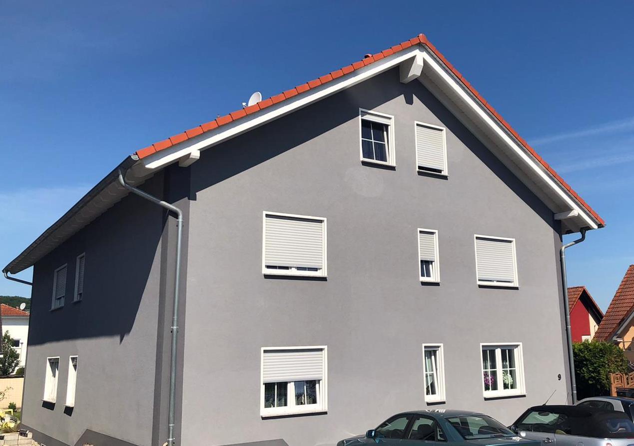 Fachwerkhaus mit kleinem Vorgarten in ruhiger Lage.